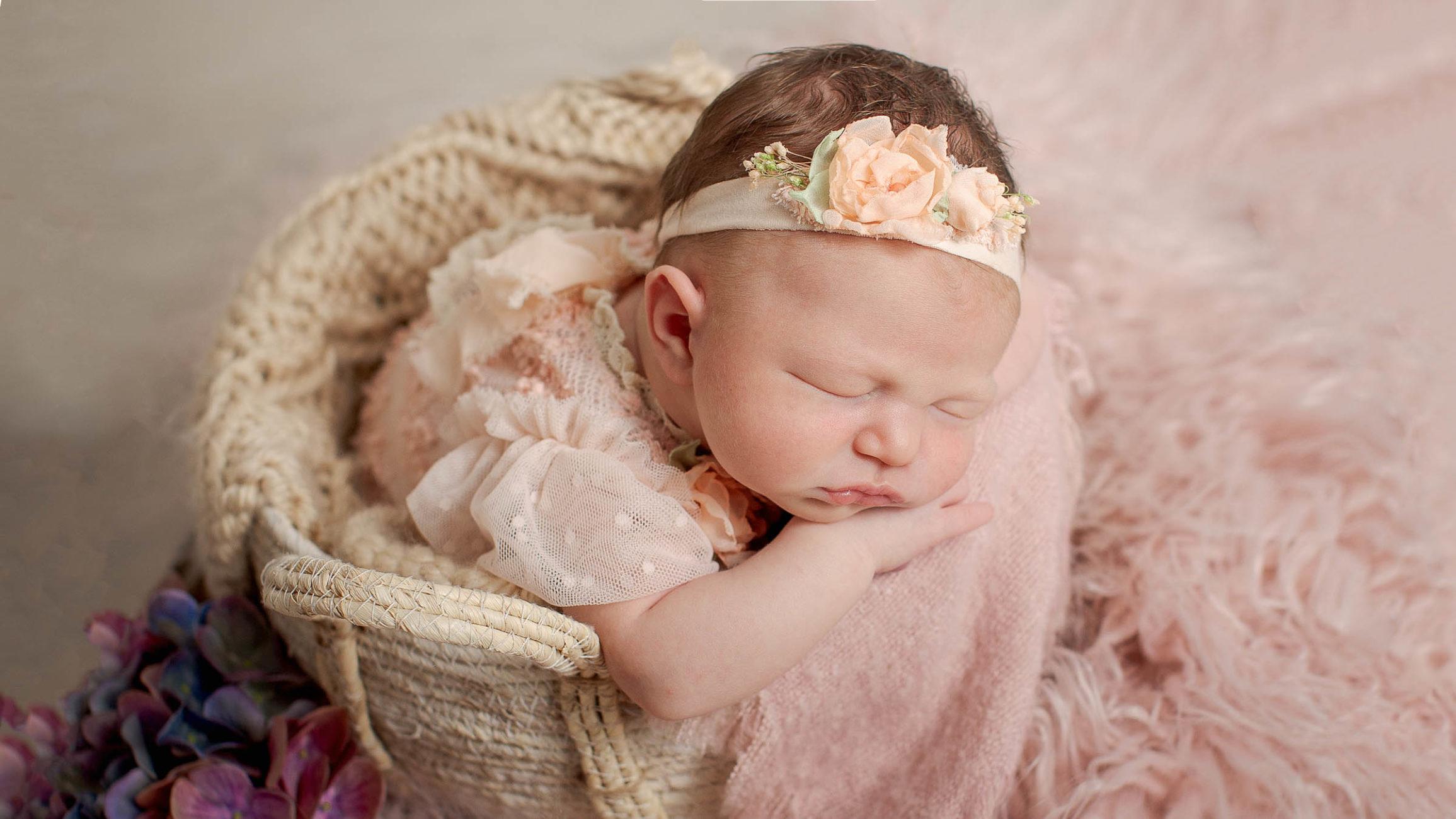 Ein Mädchen im Korb schläft