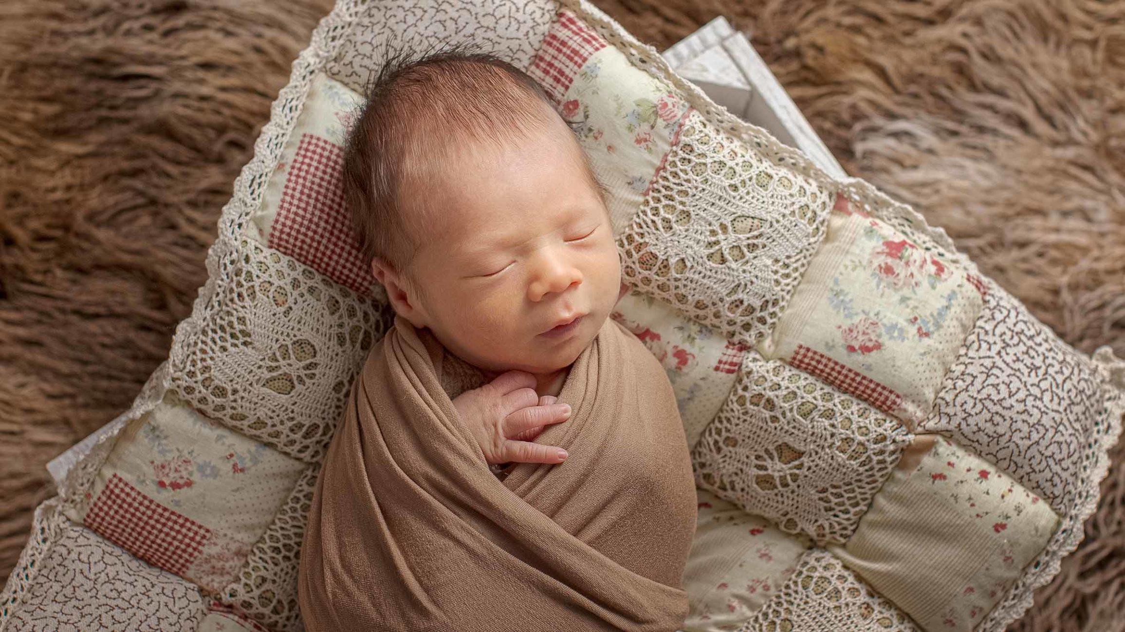 ein baby schläft auf der Decke